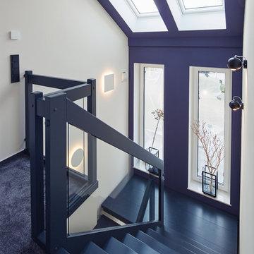 Lila Wand im offenem Treppenhaus