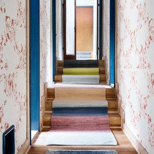 Foto de escalera romántica, de tamaño medio, con escalones de madera y contrahuellas de madera