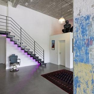 Aménagement d'un petit escalier sans contremarche droit industriel avec des marches en métal.