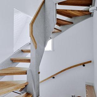 Gewendelte, Große Moderne Holztreppe mit offenen Setzstufen und Mix-Geländer in Sonstige