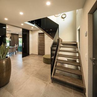 Mittelgroße Moderne Treppe in L-Form mit offenen Setzstufen und Glasgeländer in Sonstige