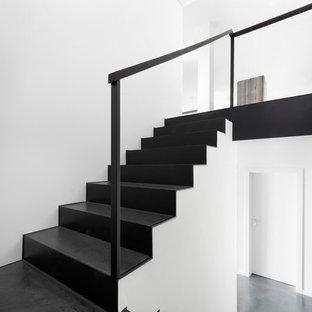 Moderne Treppe in U-Form mit Stahlgeländer in Düsseldorf