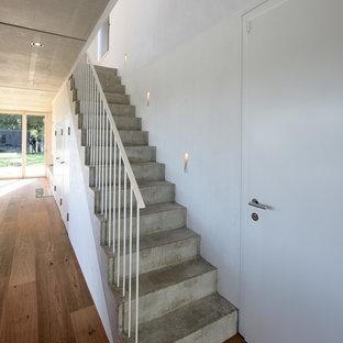 Ispirazione per una scala a rampa dritta moderna di medie dimensioni con pedata in cemento e alzata in cemento