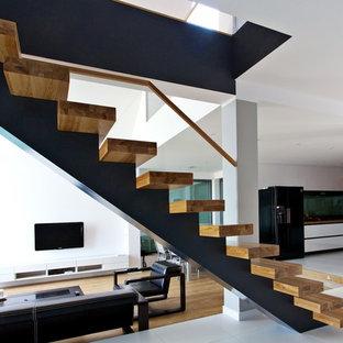 Modelo de escalera recta, actual, grande, sin contrahuella, con escalones de madera