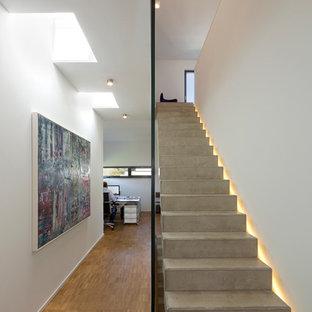 Modern inredning av en mellanstor rak betongtrappa