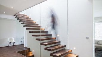 Moderne Treppenanlage in gebeizter Eiche über zwei Etagen
