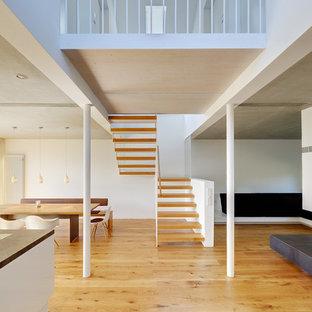 Kleine Moderne Holztreppe in U-Form mit offenen Setzstufen in Berlin