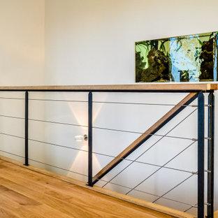 Diseño de escalera recta y papel pintado, de tamaño medio, sin contrahuella, con escalones de madera, barandilla de cable y papel pintado