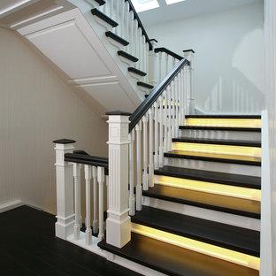Mittelgroße Klassische Treppe in U-Form mit gebeizten Holz-Treppenstufen und gebeizten Holz-Setzstufen in Bremen