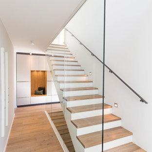 Inspiration för mellanstora moderna raka trappor i trä