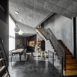 Cette photo montre un grand escalier industriel.