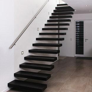 Gerade Moderne Holztreppe mit Stahlgeländer in Sonstige