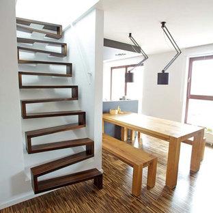 Aménagement d'un petit escalier sans contremarche droit contemporain avec des marches en bois.