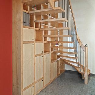 """Foto di una scala a """"L"""" classica di medie dimensioni con pedata in legno, nessuna alzata e parapetto in materiali misti"""