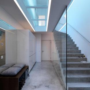 Imagen de escalera curva, contemporánea, grande, con escalones de hormigón y contrahuellas de hormigón