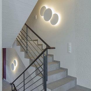 Diseño de escalera en U, actual, pequeña, con escalones con baldosas, contrahuellas con baldosas y/o azulejos y barandilla de varios materiales