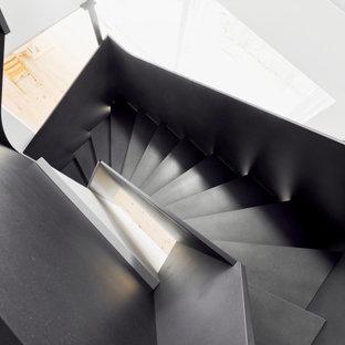 Стильный дизайн: изогнутая лестница среднего размера в стиле лофт с деревянными ступенями, деревянными перилами и обоями на стенах - последний тренд