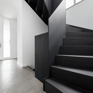 Идея дизайна: п-образная лестница среднего размера в стиле лофт с деревянными ступенями, деревянными подступенками, деревянными перилами и обоями на стенах