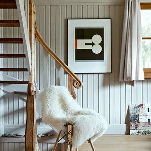 Ejemplo de escalera curva, escandinava, pequeña, sin contrahuella, con escalones de madera