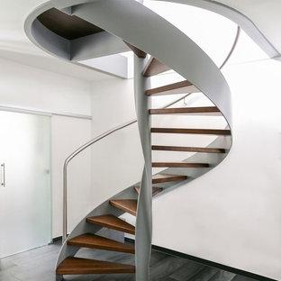 デュッセルドルフの木のコンテンポラリースタイルのおしゃれな階段 (金属の手すり) の写真