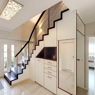 Пример оригинального дизайна интерьера: угловая лестница среднего размера в современном стиле с деревянными ступенями и деревянными подступенками