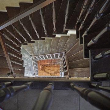 Treppe aus weißem HPL mit Handläufen und Stufen aus Eiche