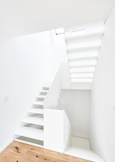 Robuste Grazilität: Eine Treppe aus HPL in strahlendem Weiß