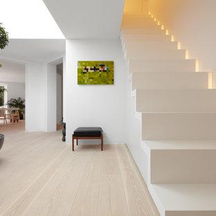 Inredning av en modern mellanstor rak trappa