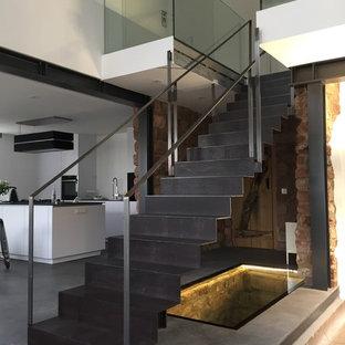 他の地域の大きい金属製のインダストリアルスタイルのおしゃれな直階段 (金属の蹴込み板) の写真