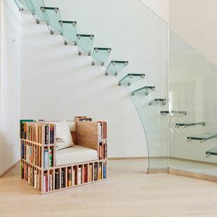 Gewendelte, Mittelgroße Mid-Century Glastreppe mit Glasgeländer und offenen Setzstufen in München