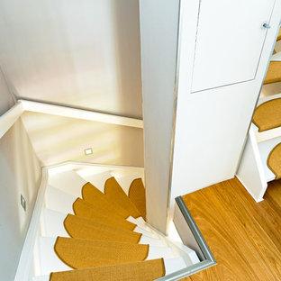 Diseño de escalera en U, nórdica, sin contrahuella, con escalones enmoquetados