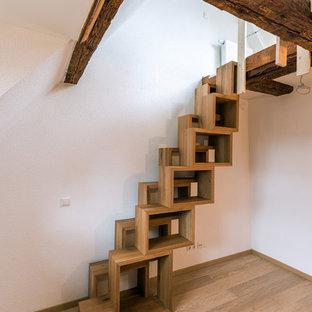 Ejemplo de escalera recta, rústica, pequeña, con escalones de madera y contrahuellas de madera