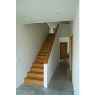 ミュンヘンの中くらいの木のコンテンポラリースタイルのおしゃれな直階段 (木の蹴込み板、混合材の手すり) の写真
