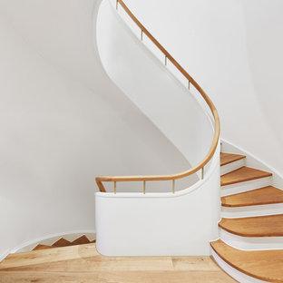 Gewendelte, Mittelgroße Moderne Holztreppe mit Holzgeländer in Köln
