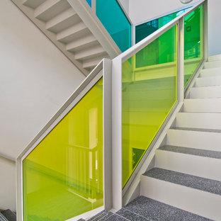 ドレスデンの大きいタイルのインダストリアルスタイルのおしゃれな折り返し階段 (コンクリートの蹴込み板) の写真