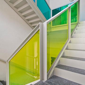 Treppenhaus farbige Glasbrüstungen