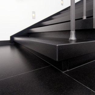 フランクフルトの中サイズの大理石のコンテンポラリースタイルのおしゃれな直階段 (大理石の蹴込み板、金属の手すり) の写真