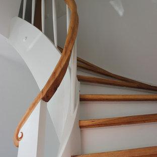 Idéer för en mellanstor shabby chic-inspirerad svängd trappa i trä, med sättsteg i trä och räcke i trä
