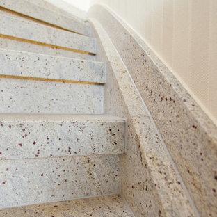 Foto de escalera curva, campestre, pequeña, con escalones de mármol, contrahuellas de mármol y barandilla de madera