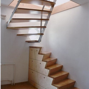 Imagen de escalera curva, actual, pequeña, con escalones de madera y contrahuellas de madera