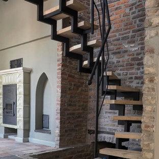 Modelo de escalera curva, rústica, pequeña, sin contrahuella, con escalones de madera