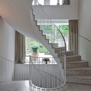 Diseño de escalera de caracol, clásica, grande, con escalones con baldosas y contrahuellas con baldosas y/o azulejos