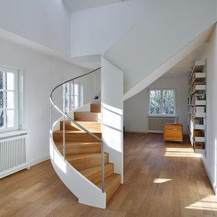 Große, Gewendelte Mid-Century Holztreppe mit Holz-Setzstufen und Stahlgeländer in Köln