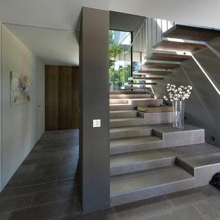Idée De Décoration Pour Un Escalier Droit Design Avec Des Marches En  Carrelage Et Des Contremarches