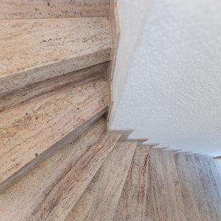 """Idee per una scala a """"L"""" classica di medie dimensioni con pedata in marmo e parapetto in legno"""