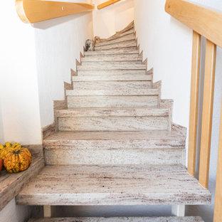 Foto på en mellanstor vintage l-trappa i marmor, med räcke i trä
