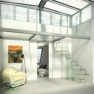 Ejemplo de escalera curva, actual, de tamaño medio, con escalones de vidrio, contrahuellas de vidrio y barandilla de vidrio