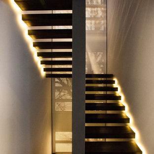 Imagen de escalera en U, minimalista, grande, sin contrahuella
