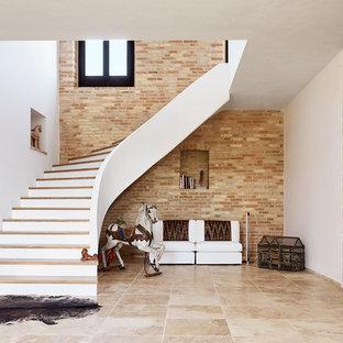 Diseño de escalera curva, mediterránea, grande, con escalones de madera y contrahuellas de madera pintada