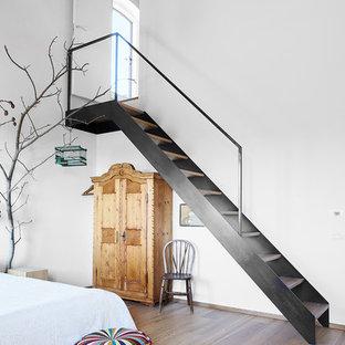 Modelo de escalera recta, mediterránea, de tamaño medio, con escalones de madera, contrahuellas de madera y barandilla de metal